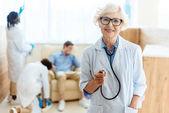 Starší lékař se stetoskopem