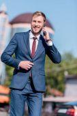 Fotografie businessman in suit using smartphone