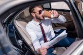 kávét iszik az autó üzletember