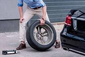 muž měnící auto pneumatiky