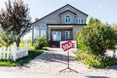Fotografie Haus mit Zeichen verkauft