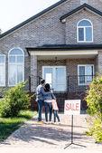 Rodina, při pohledu na dům na prodej