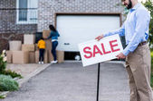 Fotografie Immobilienmakler mit Verkauf Schild
