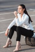 Fotografie woman sitting on car tire