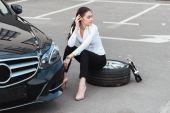 Fotografie žena sedí na pneumatiky