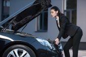 Fotografie Žena pod kapotu auta