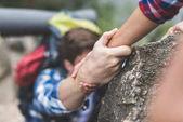 Fotografia donna di aiutare il tuo ragazzo a scalare la roccia