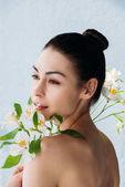 krásná žena s bílými liliemi