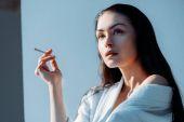 schöne Frau beim Rauchen