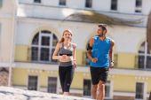 Sport-paar Joggen in Stadt