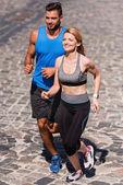 Sportlerin und Sportler Joggen in Stadt