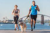 Fotografia coppia di sport jogging con cane