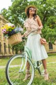 Fotografie schönes Mädchen mit Fahrrad