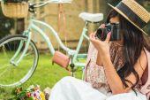 stylová holka s kamerou v parku