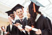 multiethnische Studenten mit Diplom