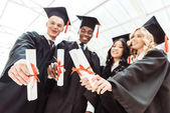 Multiethnische Studenten zeigen Diplome