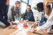 Geschäftsleute fügen Puzzle zusammen