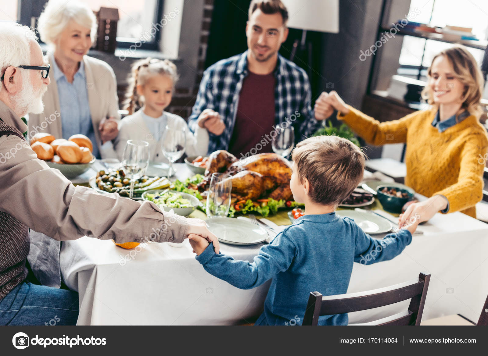 family praying at dinner - HD 1600×1168