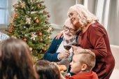 Seniorenpaar klappert an Weihnachten Gläser