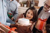 žena kousání narozeninový dort