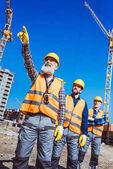 Předák řídící stavební dělníci