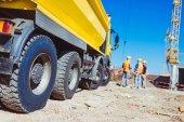 lavoratori di camion e costruzione di punta