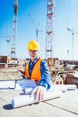 stavební dělník s stavební plány