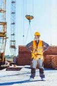 dělník v jednotné postavení na staveništi