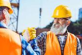 Bauarbeiter schütteln Hände