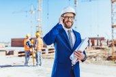 Fotografie Podnikatel mluví o telefonu na staveništi