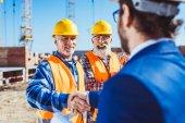 Stavební dělník a podnikatel potřesení rukou