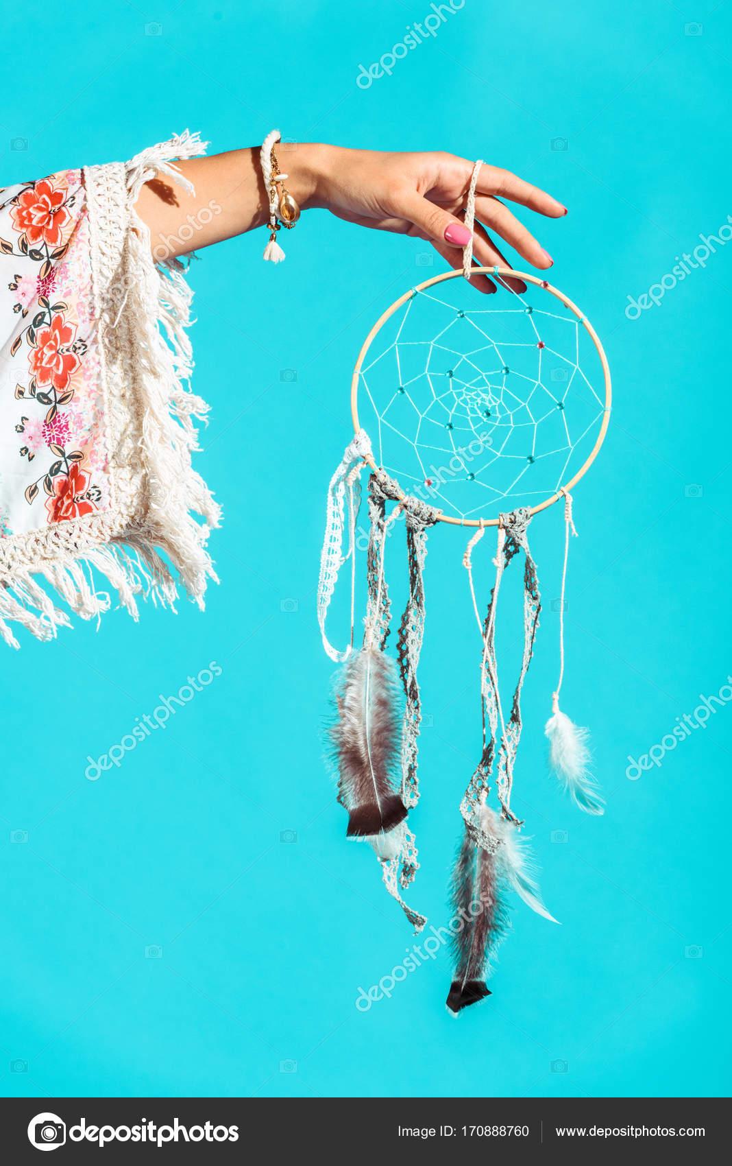 Hippie-Mädchen halten Dreamcatcher in der hand — Stockfoto ...