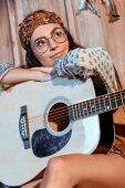 Fotografie Hippie-Mädchen mit Akustikgitarre