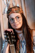 Photo hippie girl with acoustic guitar