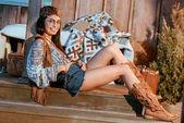 Fotografie Bohemian Girl auf Holzboden liegend