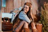 Fotografie Hippie-Mädchen sitzt auf dem Boden