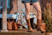 Fényképek asszony barna cipő és a farmer rövidnadrág