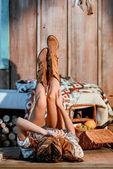 Fotografie Bohemian Frau liegend mit erhobenen Beinen