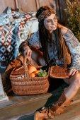 Böhmische Frau mit Korb mit Früchten