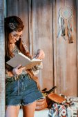 Fotografie Frau im Boho-Stil Buch