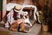Fotografie Frau im Boho-Stil mit Hund