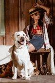 Frau im Boho-Stil mit Hund