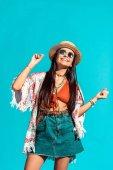 Hippie-Mädchen raucht Zigarette und tanzt