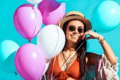 Photo bohemian girl with helium balloons