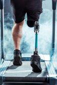 Sportler mit Beinprothesen-Training auf dem Laufband