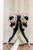 Fotografie Frau steht gespalten vor Spiegel
