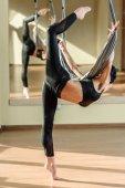 Fotografie Frau übt akrobatischen Lufttanz