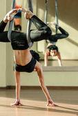 Frau fliegen Yoga zu praktizieren