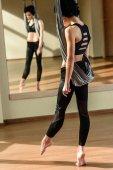 žena cvičí akrobatické vzdušný tanec