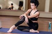 Fényképek Nő pihentető, a jóga szőnyeg